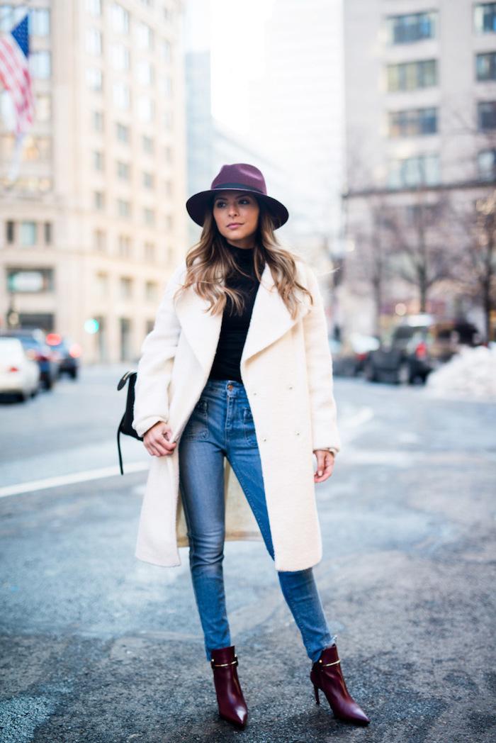 outfits frauen, creme mantel kombiniert mit jeans und schwarzem pulli, dunkelroter hutt und schuhe