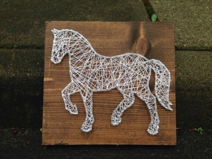 ein weißes Pferd, Fadengrafik Anleitung, Naturbaum Brettchen, passende Gartendeko