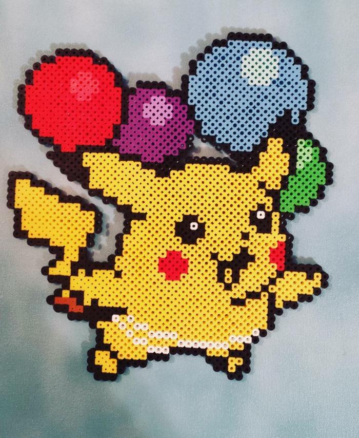 Pikachu fliegt auf Ballone mit Helium, seine Wange sind rot, Bügelperlen Schablone