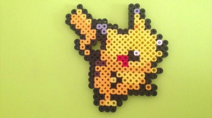 ein Anfänger hat eine Pikachu Figur selber zusammengestellt, Bügelperlen Schablone