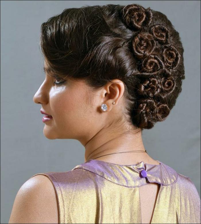 eine originelle Frisur, Flechtfrisuren lange Haare, Zöpfe wie Rosen, braunhaarige Frau