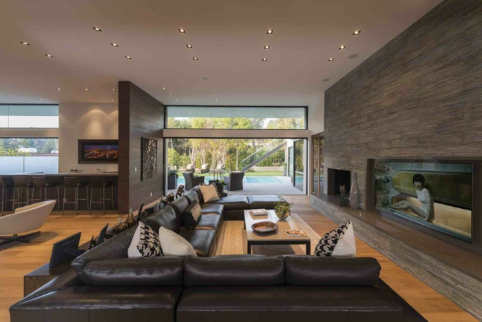 ein großes Sofa und ein kleiner Coachtisch, Raumteiler Ideen in brauner Farbe