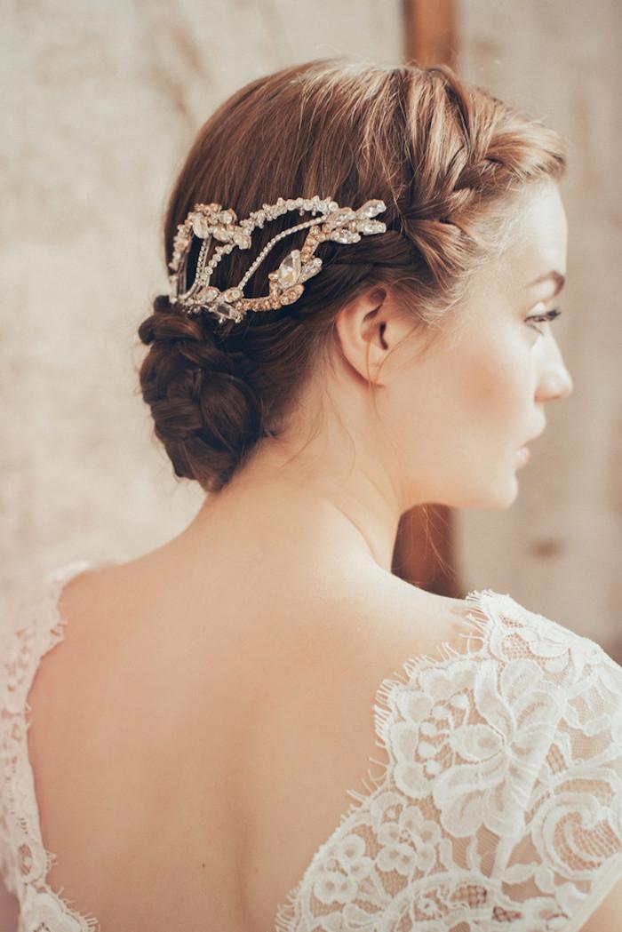 Flechtfrisur für mittellange Haare, goldener Haarschmuck mit Kristallen, Brautkleid aus Spitze
