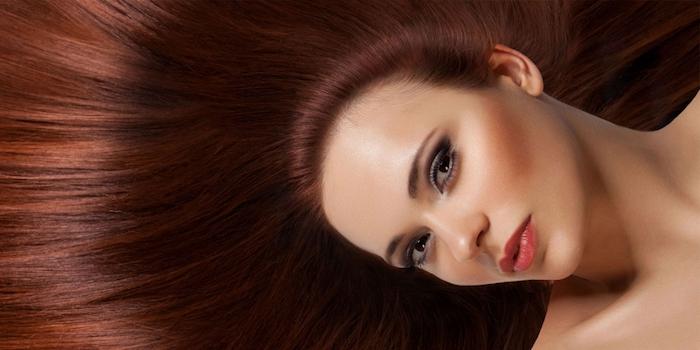 Rite glatte lange Haare, Smokey Eyes und roter Lippenstift, olivfarbener Teint