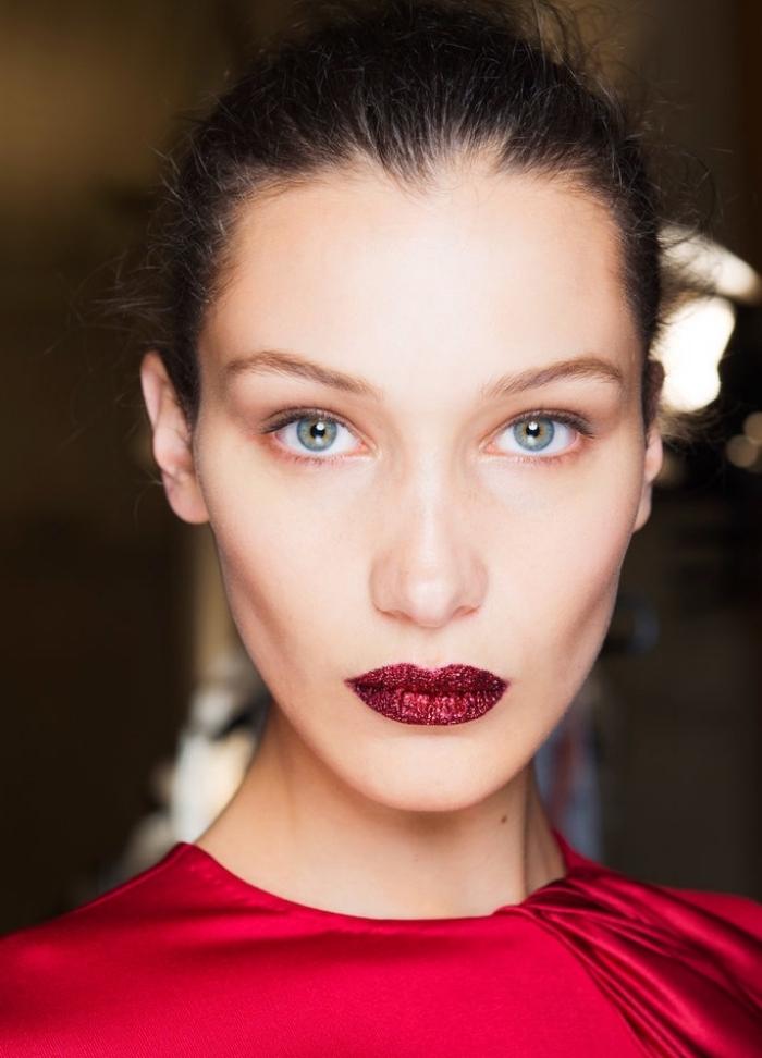 lippenstift matt oder scheinend schminken sie sich zu den festen wie bella hadid rote lippen und blaue augen model
