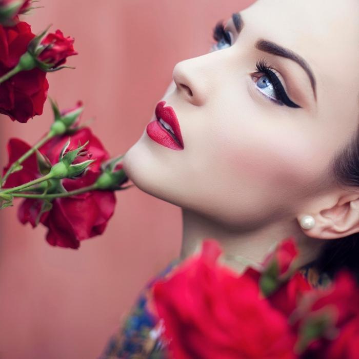 make up idee, roter lippenstift matt, dicke lidstrich linien in schwarz, katzenaugen schminken, rote rosen