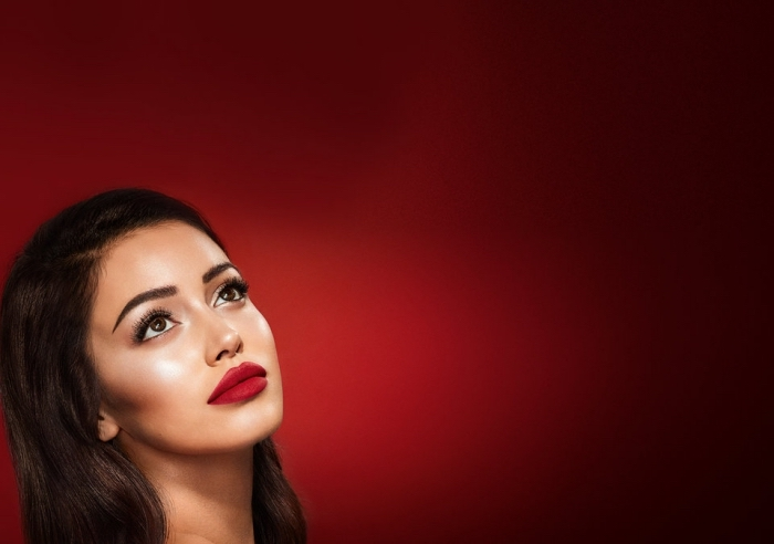 rote wand, hintergrund bild ideen, frau, model für schminke, matter lippenstift, highlighter, rouge, augenschminke
