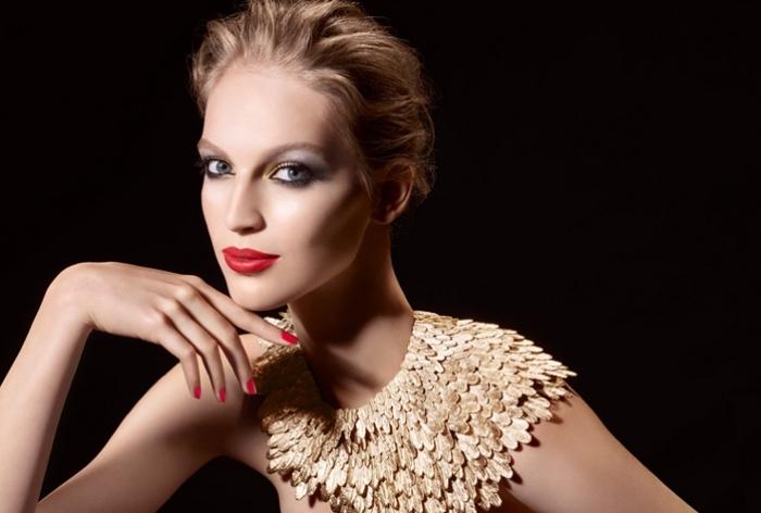 kussechter lippenstift auf dem mund einer model schöne dame mit blonden haaren und goldener schmuck, schmuckstücke