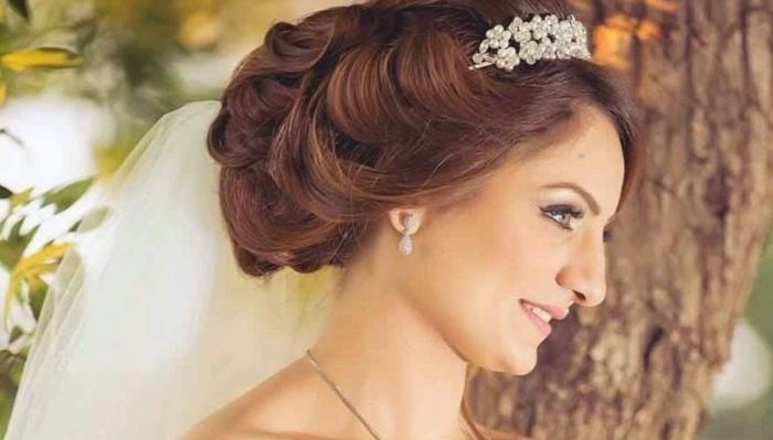 rothaarige Braut, mit einer Krone aus weißen Blümchen, silberne Ohrringe, Flechtfrisuren lange Haare