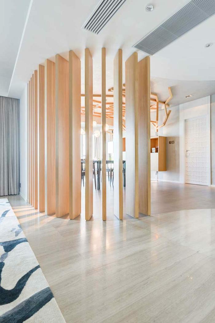 gerundete Form von Raumteiler Trennwand aus Holz in oranger Farbe