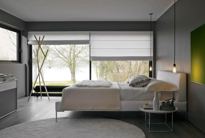 zwei Fenster mit Rollos, moderne Zimmer, grünes Bild, weißer runder Teppich, eine Garderobe