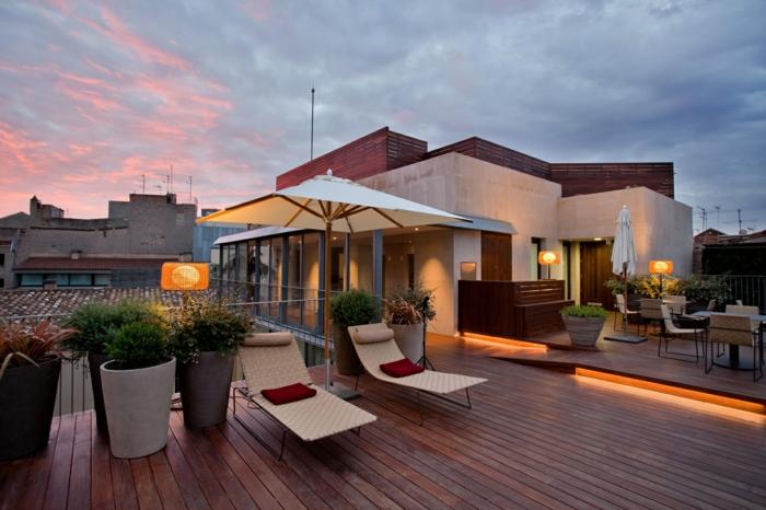 Terrasse bei Dämmerung mit Led-Bodenleuchte - Terrassen Gestaltungsmöglichkeiten