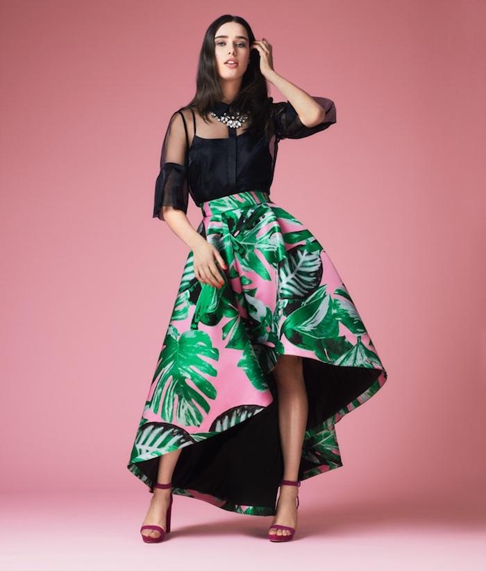 pinker hintergrund hochzeitsoutfit idee schwarzer top transparent und rosa grüner rock sandalen