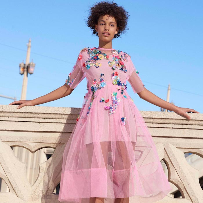 schickes kleid in pink mit bunten dekorativen elementen verziert tüllrock kreatives kleid design