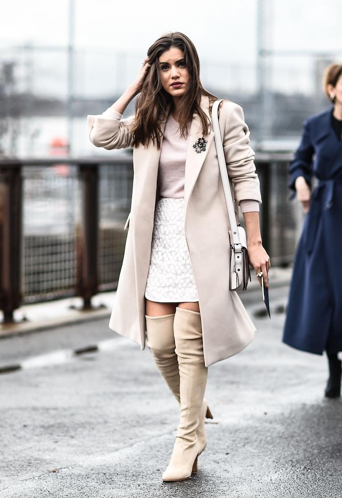 schickes outfit für den winter, weißer getrickter rock mit creme bluse und langen stiefeln