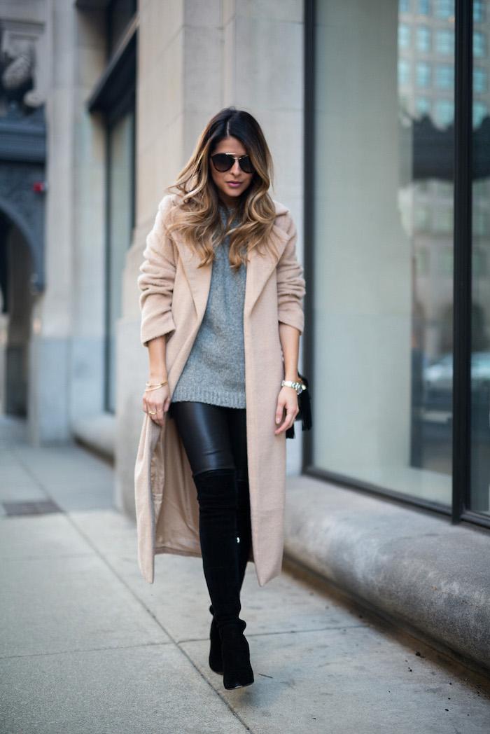 schuckes outfit für den winter, schwarze leggings mit grauer bluse und beigem mantel