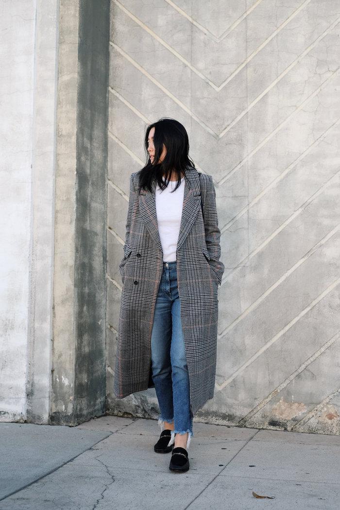 schickes outfit, jeans kombiniert mit weißer bluse und kariertem mantel, winterkleider