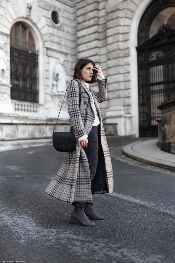 schickes outfit für den winter, frauenmode, karierter mantel kombiniert mit dunkelgrauen jeans und weißer bluse