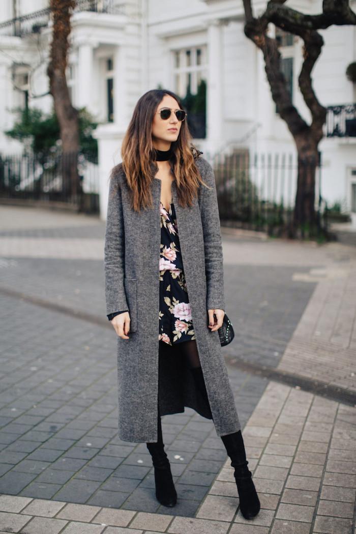schuckes outfit, kleid mit blumen-muster in kombination mit langem grauem mantel