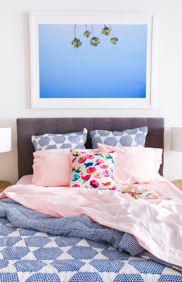 Bequemes Bett für einen erholsamen Schlaf, bunte Bettwäsche mit Blumenmuster