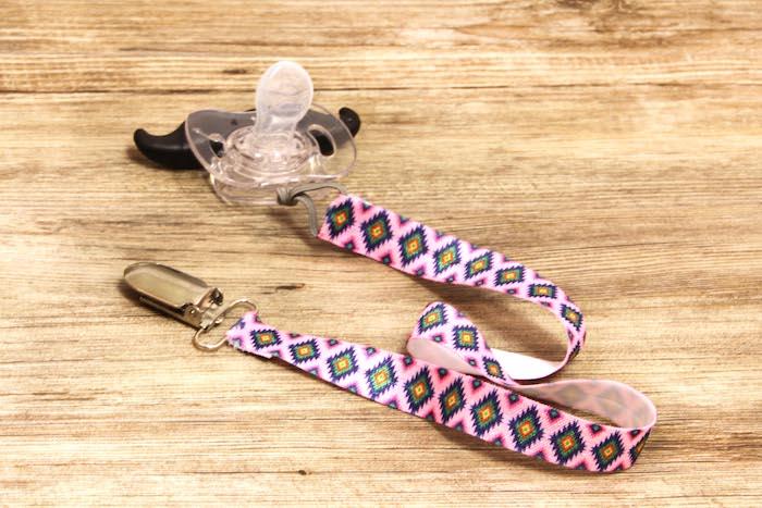 schnuller kette aus rosa stoff mit geometrischem muster, schnuller mit schnurrbart