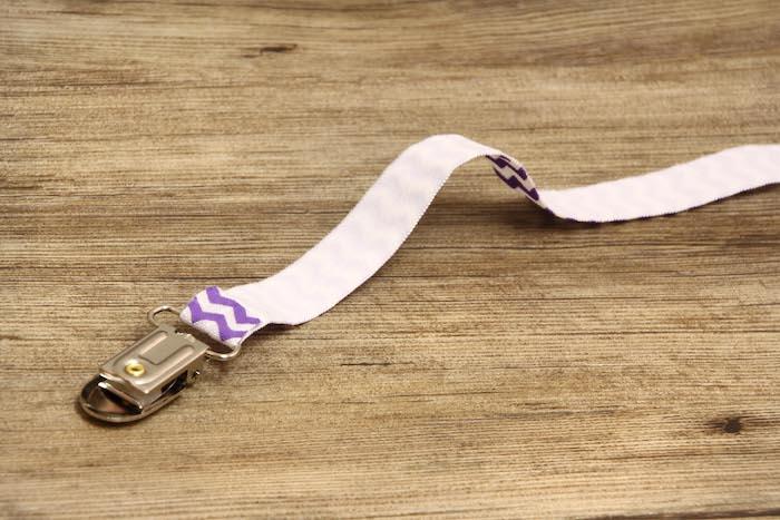 schnuller kette basteln, schnullerkette aus weißem stoff mit lila muster, diy