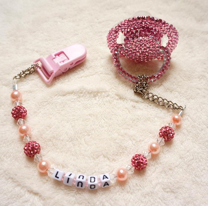 schnullerkette mit namen, schnuller dekoriert mit strasssteinchen, schnullerkette aus perlen