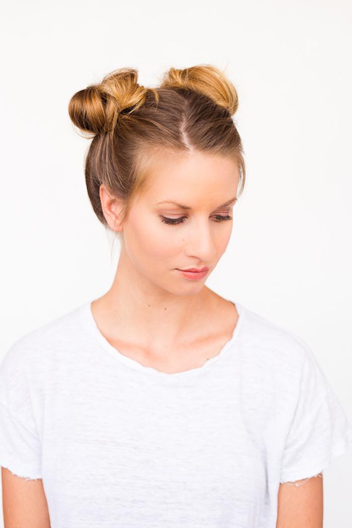 schöne frisuren für den alltag, alltagsfrisur mit zwei dutts, dutt-frisur