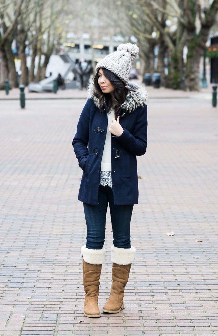 schuhtrends hebst winter 2017 18, beige stiefel, blaue winterjacke, graue getrickte mütze