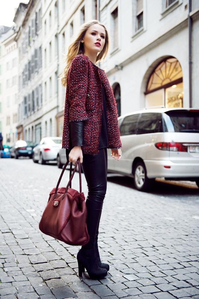 schuhtrends hebst winter 2017 18, hohe stiefel, große dunkelrote tasche, alltags-outfit frauen
