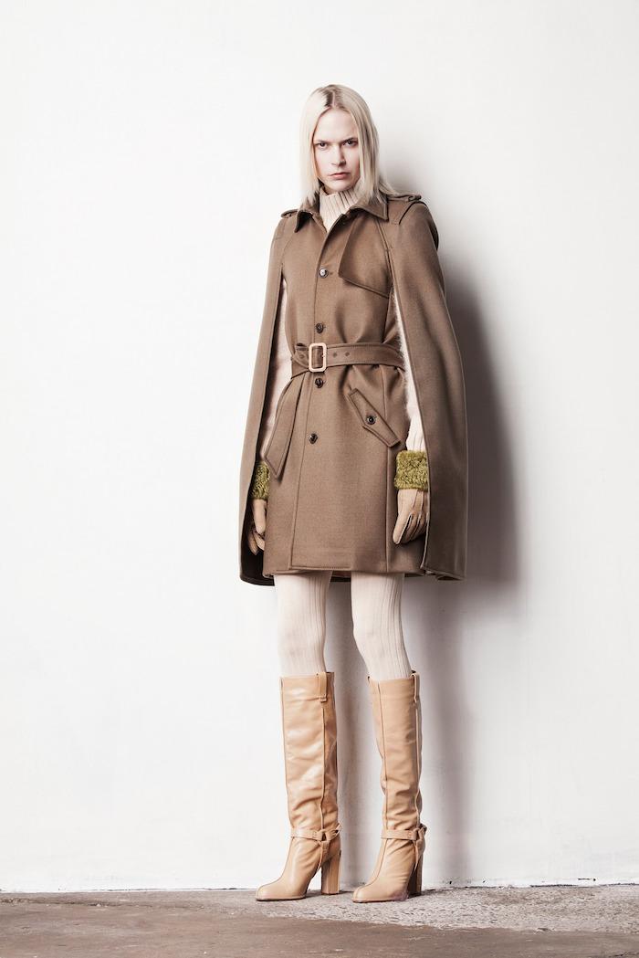 schuhtrends herbst winter 2017 18, lange beige stiefel, hohe stiefel, schulterlange platin-blonde haare