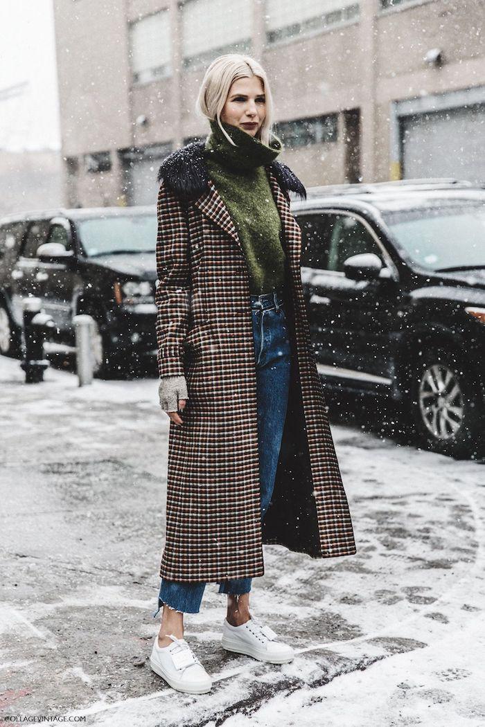 schuhtrends herbst winter 2017 18, weiße sportschuhe kombiniert mit jeans und grünem pulli
