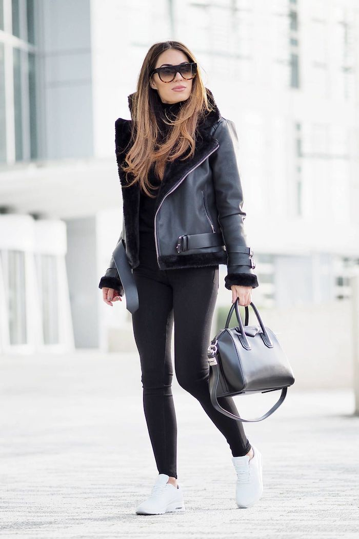 schuhtrends herbst winter 2017 18, alltags-outfit in schwarz mit weißen sportschuhen, schwarze winterjacke