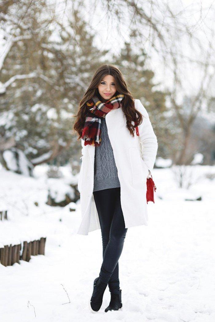 schuhtrends herbst winter 2017 18, sportschuhe in schwarz und grau, frisur mit locken