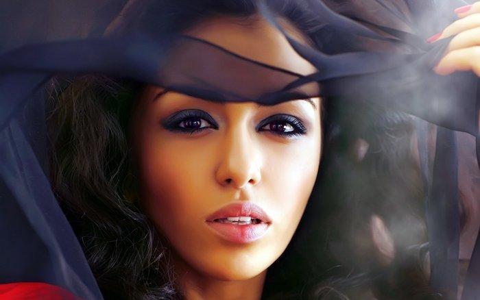 Augen Make-up Inspiration, lila Lidschatten und schwarze Mascara, matter Lippenstift, olivfarbener Teint