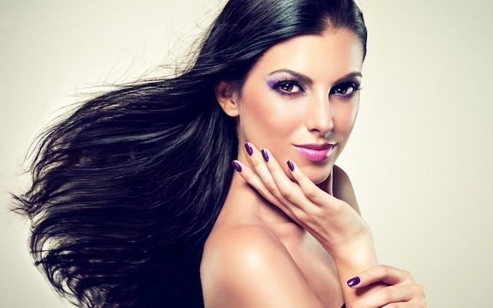 Make-up für braune Augen, lila Lidschatten und schwarze Mascara, violetter Lippenstift und Nagellack, lange schwarze Haare