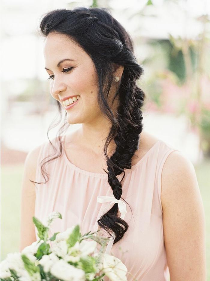 eine nette Braut mit Fischgrät Zopf in Ihrem schwarzen Haar, Flechtfrisuren lange Haare