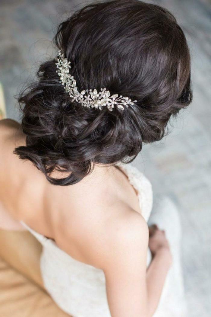 eine schöne Frisur von schwarzen Haaren, eleganter Haarschmuck, Flechtfrisuren lange Haare