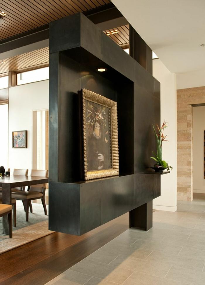 Raumteiler Trennwand in schwarzer Farbe, mit künstlerischen Dekoration von Bild und einer Blume