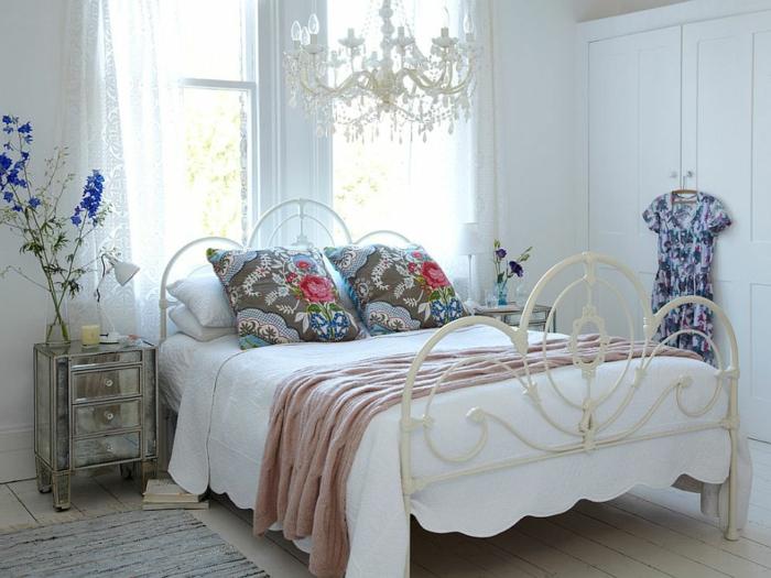 bunte Kissen mit Muster von Rosen, Schlafzimmer Ideen in vintage Stil, blaue Blume