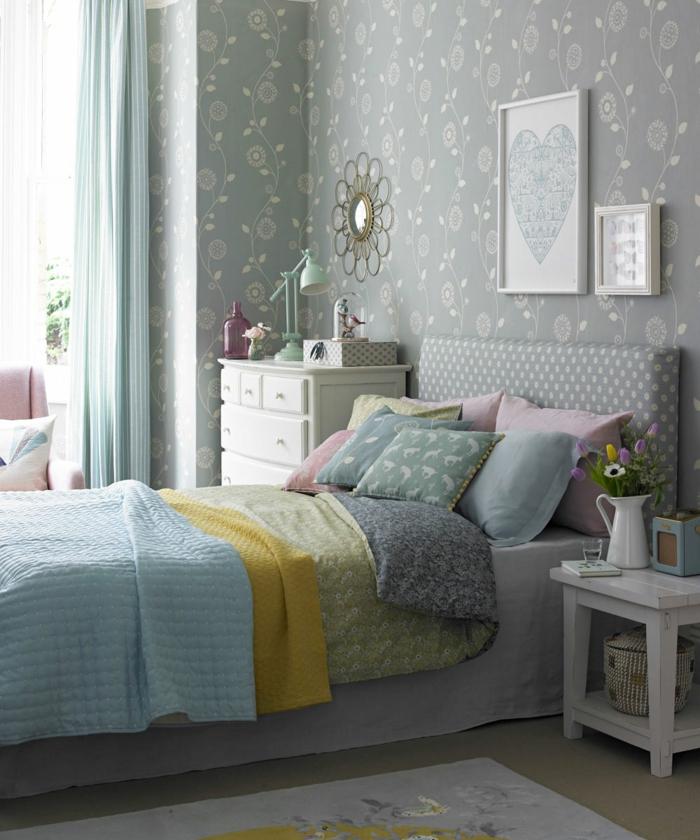 Tapete Für Schlafzimmer Mit Abstrakten Blumenmuster, Bunte Decken, Ein  Weißes Regal, Schlafzimmer Ideen
