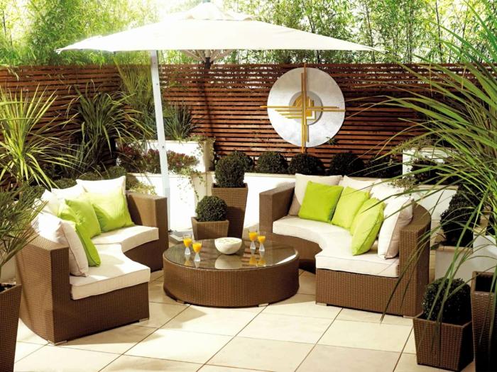 grüne Kissen, exotische Pflanzen, runde Kübel als Dekoration, Pflanzen für die Terrasse