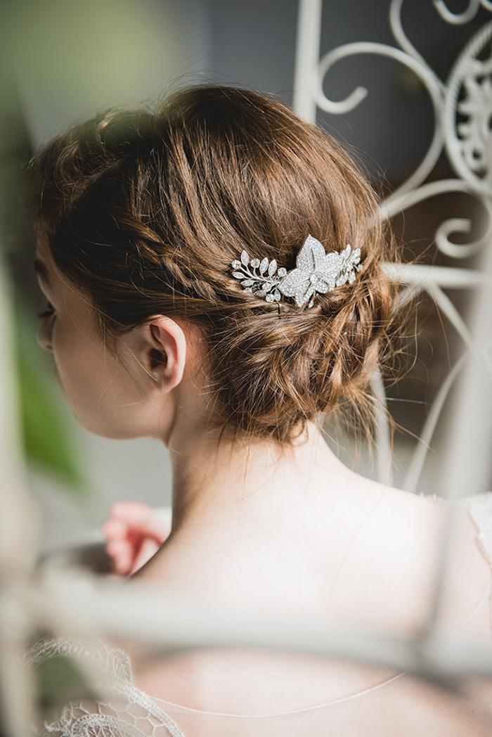 Hochsteckfrisur mit einem schmalen Zopf, silberner Haarschmuck mit Kristallen, kastanienbraune Haare