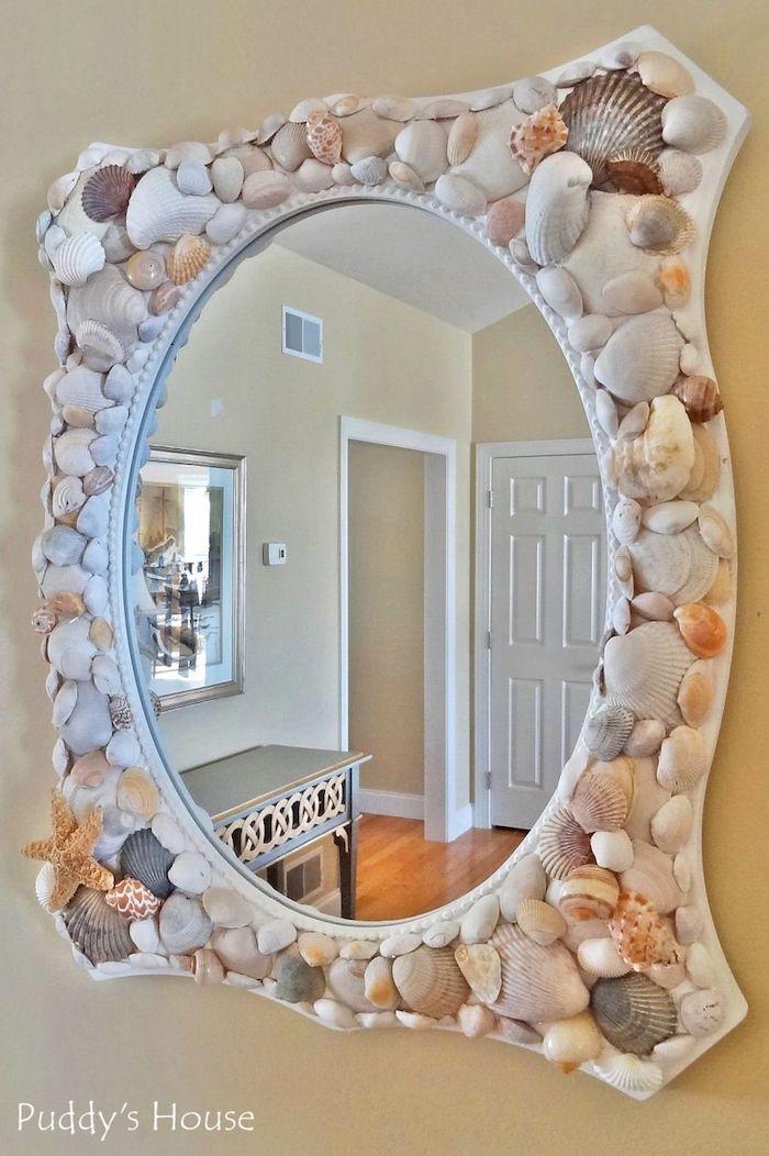sommerdeko basteln, großer spiegel als wanddeko, spiegelrahmen dekoriert mit muscheln