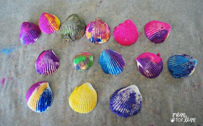 sommerdeko basteln mit kindern, viele muscheln dekoriert in bunten farben, diy deko