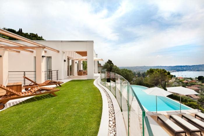 eine Terrasse auf zwei Stuffen, Rasen und Pool, schöne Aussicht - Terrassen Gestaltungsmöglichkeiten