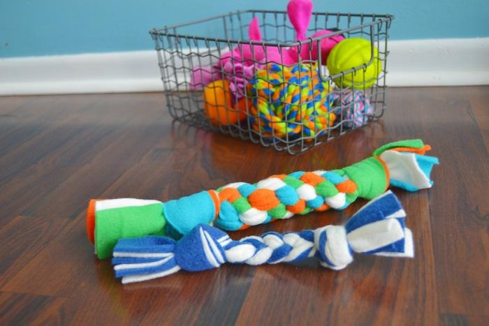 spielzeug hund mit leine, metallkorb mit hundespielzeugen, kauspielzeuge aus baumwollstoff