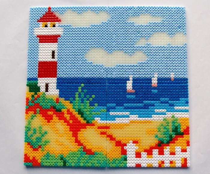 ein schönes Bild, schöne Bügelperlen Ideen, ein Lichtturm, kleine Segelboote, Strand und Himmel