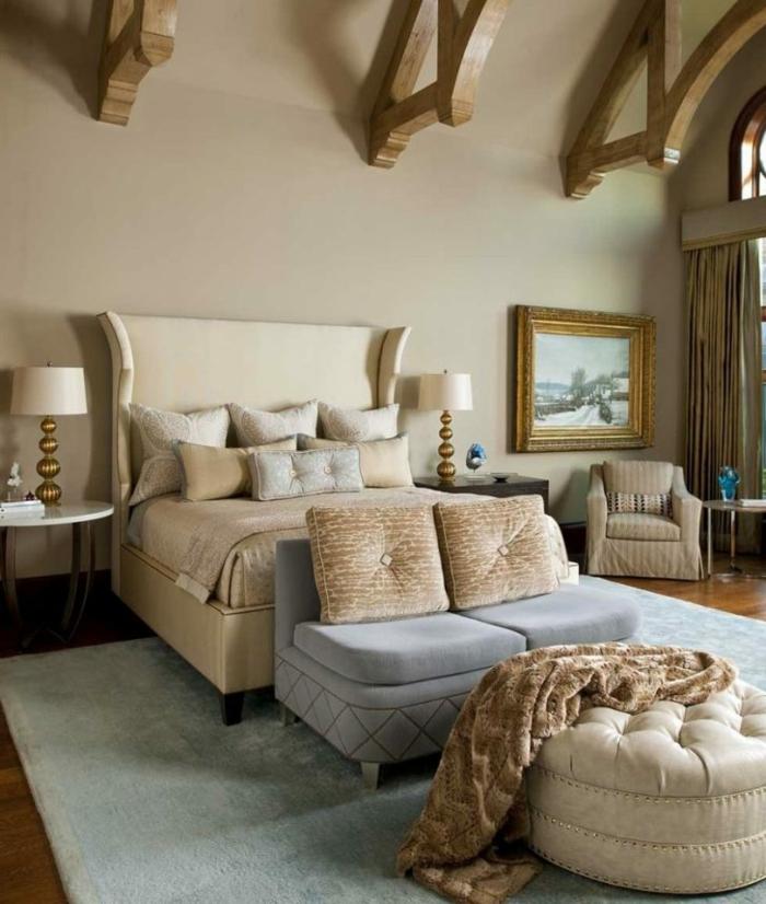 Eine Mischung von Stilen, gepolsterte Kissen, Balken, vintage Bett, Schlafzimmer Ideen