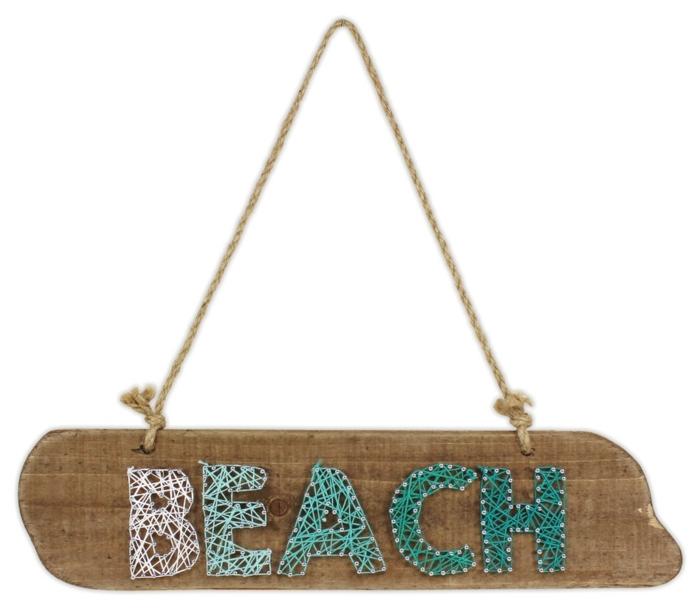 eine Tabelle aus braunem Brettchen mit der Aufschrift Strand mit blauen Buchstaben - Fadengrafik Vorlage